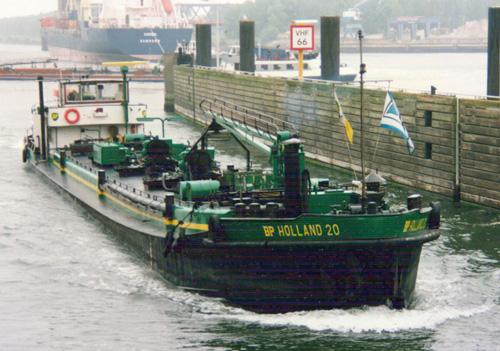 De BP HOLLAND 20 bij het invaren van de Rozenburgse Sluis. Het schip is nog van BP maar reeds gecharterd door de VT.