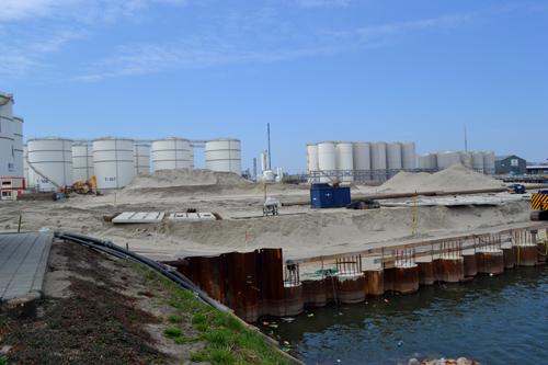 Waar eens de schepen van de S.W.O.C. hun vaste ligplaats hadden ligt nu nieuw land. Een deel van de haven is opgespoten voor de uitbreiding van Botlek Tank Terminal.
