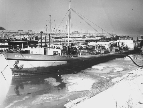 De winter van 1963 was uitzonderlijk streng. Terwijl Reinier Paping de Elfstedentocht reed lag de BP HOLLAND 25 als voorraadschip in de haven van Weurt.