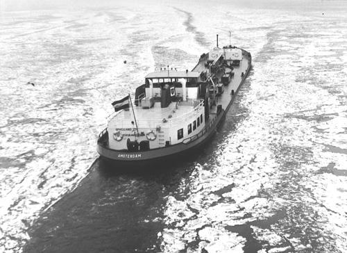 Nog een winters tafereeltje. De BP HOLLAND baant zich een weg door het ijs van het IJsselmeer. Omdat de schepen van de BP vaak de noordelijke provincies als reisdoel hadden waren ze vaak op het IJsselmeer te vinden. Konvooivaren achter een ijsbreker was de BP kapiteins dan ook niet vreemd.