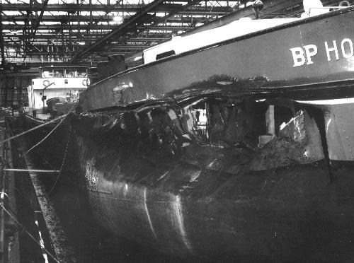 De BP HOLLAND 25 bij Schram in Bolnes na een zware aanvaring. Tijdens de reparatie werd de woning voorop verwijderd en de onderdekse ruimte omgebouwd tot opslagplaats en machinekamer voor de kopschroef.