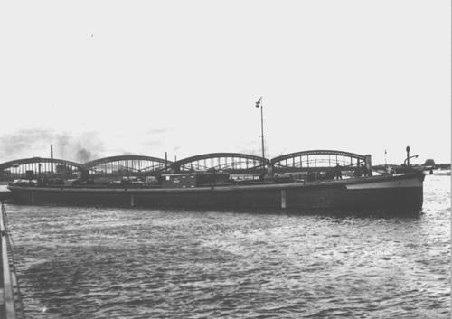 Het sleeptankschip BADENIA voor anker op de Elbe, ter hoogte van Harburg (Hamburg). Foto: Archief van Ommeren - collectie Arie Lentjes.
