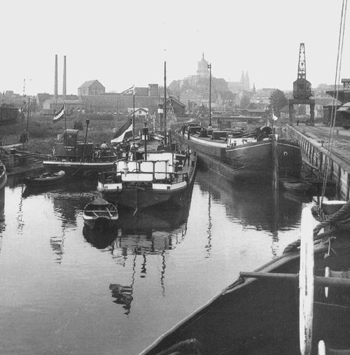 Het sleeptankschip BRABANDIA bij de Oliefabriek in Kleef.