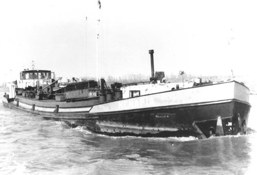 Het motortankschip MENAPIA, varend op het Kanaal door Zuid Beveland. Foto: B. Schouten - Collectie Arie Lentjes.