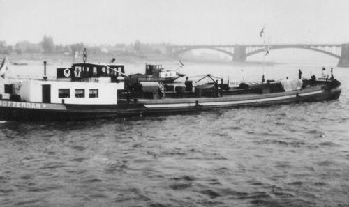Het motortankschip MORINIA oparend beneden de brug van Nijmegen. Collectie: Arie Lentjes.