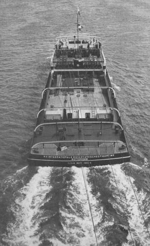 De motorsleepboot INTRITAS I, opvarend boven de brug van Alblasserdam (6 juni 1953). Foto: Archief van Ommeren - collectie Arie Lentjes.