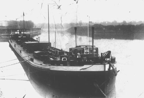 Het sleeptankschip ALLEMANNIA, afgemeerd in de haven van Mundenheim (Ludwigshafen), bij de oude chemische fabriek van Dr. Rassig.