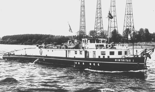 De motorsleepboot INTRITAS I, opvarend op de Waal beneden Nijmegen.