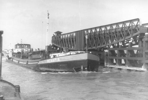 Het motortankschip MENAPIA, varende door de Postbrug in Wemeldinge. Foto: B. Schouten - Collectie Arie Lentjes.