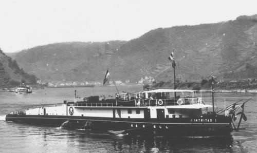 De motorsleepboot INTRITAS I, opvarend in het gebergte.