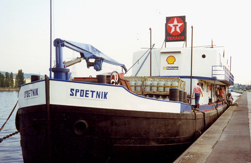 Niet elk schip is het gegund een tweede leven te beginnen. De voormalige SAMBRIA had dat geluk wel. Hier ligt zij als bunker- winkelschip in Luik/Vivegnis.