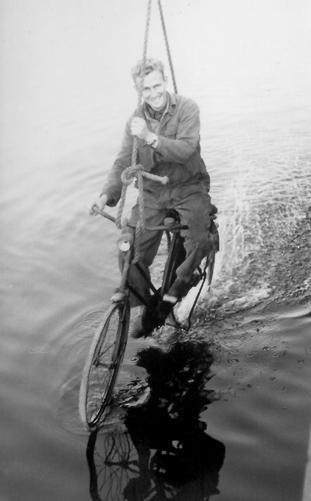 Het begrip 'waterfietsen' of 'watertrappen' letterlijk genomen. Foto: Bert Schouten - Collectie Arie Lentjes.