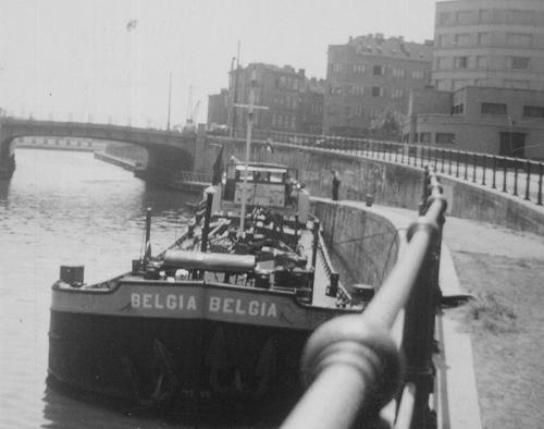 De BELGIA ligt te lossen bij de Shell in Anderlecht. De aansluiting om te lossen stak simpelweg uit de muur terwijl de tanks een heel stuk verder weg stonden.