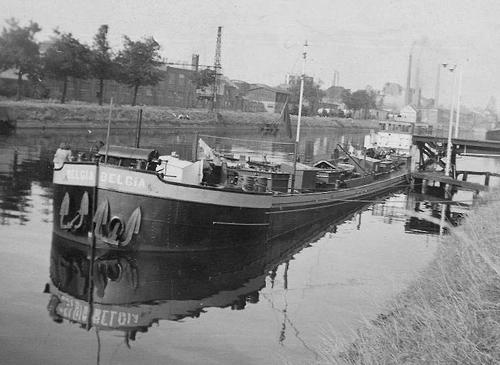 Het motortankschip BELGIA in het Belgische Haren-Brussel, waar in ieder geval nog een soort van steiger was.