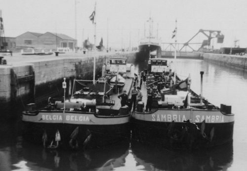 De BELGIA, samen met de SAMBRIA in de Kruisschanssluis in Antwerpen. De BELGIA en de SAMBRIA hebben jarenlang, via de Shell-installatie in Leuven, het vliegveld van Zaventem (Brussel) voorzien van vliegtuigbenzine. Zij waren derhalve bekende verschijningen op de Leuvense Vaart, waar overigens ook regelmatig schepen van Gebr. de Haas en de VT gesignaleerd werden.
