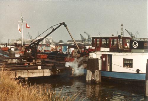De MENAPIA ligt smeerolie te lossen bij de Shell in Gent, aan een zijtak van de Gentse Ringvaart. Foto: Bert Schouten - Collectie Arie Lentjes.