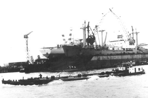 Het motortankschip BAROMA IV in de Botlek Centrale Geul. Foto: C. Gankema - collectie Arie Lentjes.