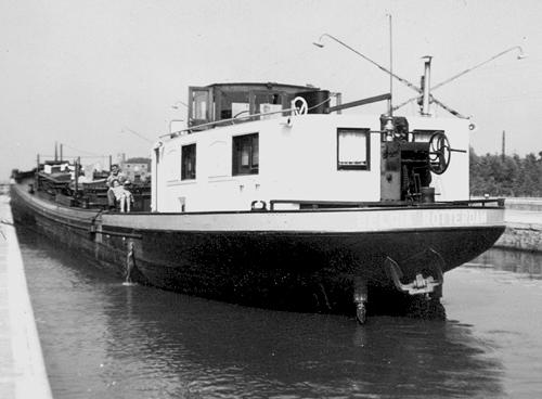 Het motortankschip BELGIA in de sluis van Wijnechem. Tijdens het schutten is er altijd wat tijd om onder elkaar wat pret te maken.