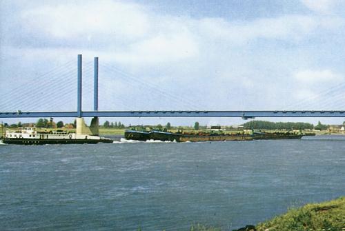De INTRITAS I, afvarend beneden de brug van REES met drie lege sleeptankschepen in aanhang.