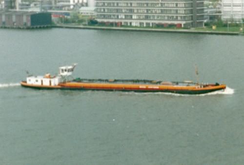 Het motortankschip VOLHARDING XV varend op het IJ in Amsterdam. Foto: J. van Brussel - Collectie Arie Lentjes.