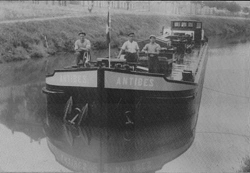 Het motortankschip ANTIBES, waarschijnlijk ergens in Noord-Frankrijk. Archief - Phs. van Ommeren - met dank.