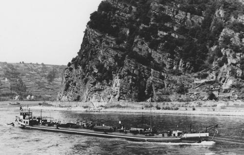 Het sleeptankschip AUSTRIA, opvarend aan de Loreley. Foto: F. Bubenheim - Archief Arie Lentjes.