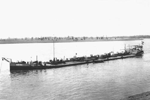 Het sleeptankschip AUSTRIA voor anker bij de Shell in Monheim (kmr. 714).
