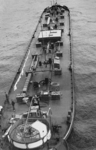 Het sleeptankschip BOHEMIA van bovenaf gezien. Wat vooral opvalt is de open stuurbak met het liggend haspel en het verrijdbare windscherm. Op het gebied van de navigatie is er binnen honderd jaar wel het één en ander veranderd.
