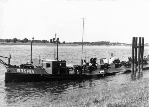 Het sleeptankschip BOSNIA bij de Shell in Mondenheim (kmr. 714).