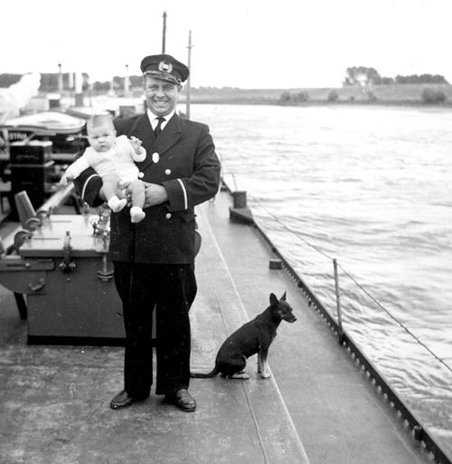 Vader en zoon Lentjes aan dek van de ISTRIA in de zomer van 1959. Het scheepshondje werd Pollie genoemd.