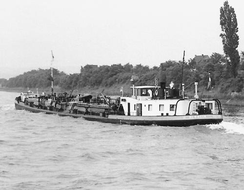 Het motortankschip ALSACIA, opvarend te Weis, op kmr. 677. Foto: Archief Arie Lentjes.
