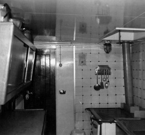 Geen high-tech magnetron en inductie-kookplaat, maar een ouderwets oliefornuis. De keuken van de ALSACIA, kort nadat het schip in de vaart kwam. Foto: P. Gunter - met dank.