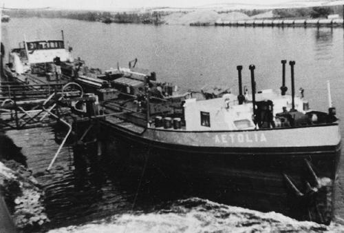Het motortankschip AETOLIA. op een voor ons onbekende bestemming.
