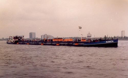 Het motortankschip ALSACIA, opvarend boven de Plantage in Rotterdam.