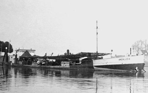 Het motortankschip in mei 1944 9n de Vluchthaven van Gorinchem. Het schip hier, geheel gecamoufleerd, in opslag voor de Wehrmacht. Foto: W. Bosman - met dank.