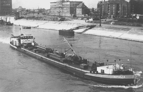 Het motortankschip APULIA, opvarend te Mannheim.