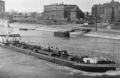 Het motortankschip ARCADIA, opvarend in Mannheim.
