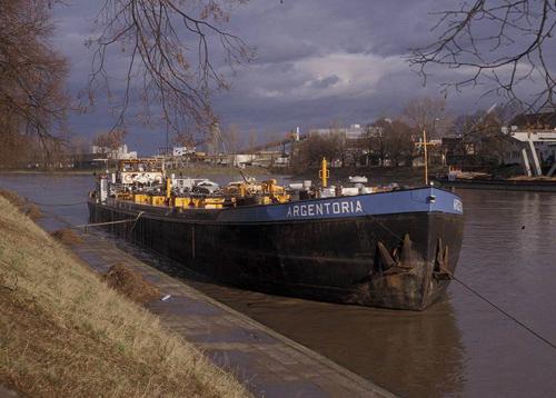 Het motortankschip ARGENTORIA, wachtend op orders boven de sluis van Birsfelden.
