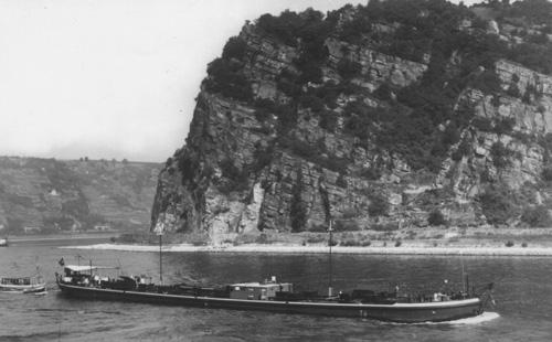 Het sleeptankschip ASTORIA, opvarend ter hoogte van de Loreley. Foto: Budenheim - collectie Arie Lentjes.