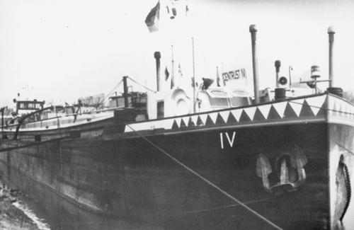 Het motortankschip CENTRUST IV aan het Stadspark in Ludwigshafen. Deze foto is gemaakt rond 1957, want de boeiing staat al in de kleuren van de Vereinigte Stinnes Rheinreedereien GmbH in Duisburg-Ruhrort. Foto: Archief Arie Lentjes.