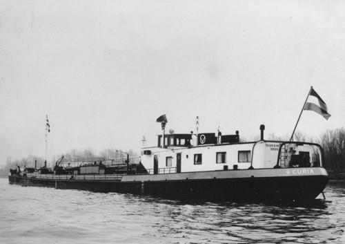 Het motortankschip CURIA, op de Bvenrijn voor anker. Foto: Archief Arie Lentjes