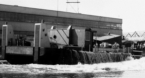 De stapelloop van de duwboot KRAANVOGEL bij Scheepswerf Van Duyvendijk in Lekkerkerk op 06-08-1975.