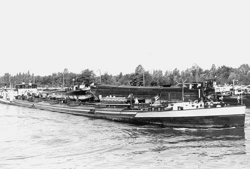 Het motortankschip MOSELIA, geladen op het Albertkanaal in Antwerpen. Foto: Albert Verdoren - met dank.