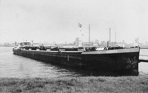 Het motortankschip SARINIA in de Geulhaven in Rotterdam.