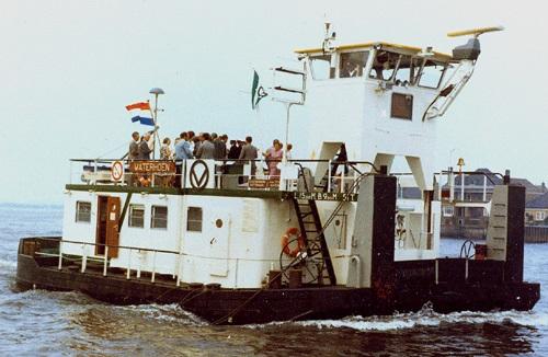 De duwboot WATERHOEN tijdens de overdracht van de Deltawerf aan Van Ommeren op 21-07-1972.