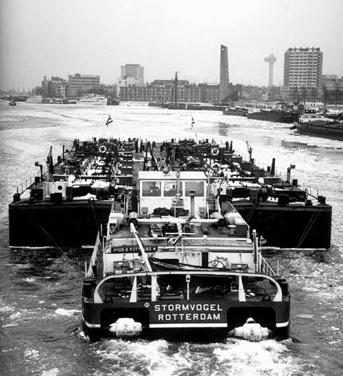 Het is 17 december 1962, de STORMVOGEL is op de Nieuwe Maas, aan het proefvaren met de tankbakken VOTANK 9 en VOTANK 10. De eerste ongemakken van een zeer strenge winter dienen zich reeds aan want de rivier is vol met drijfijs. Niemand kon op die dag nog voorzien dat het één van de strengste winters van de vorige eeuw zou worden.