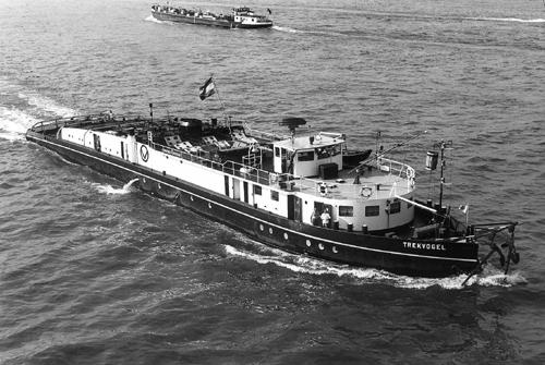 De motorsleepboot TRAKVOGEL, opvarend op De Noord, ter hoogte van de brug van Alblasserdam.