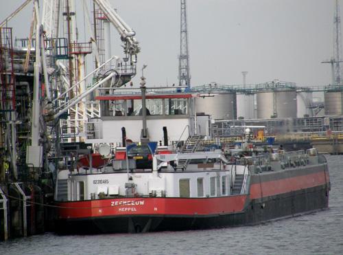 Het motortankschip ZEEMEEUW bij de Esso Botlek in 2009.