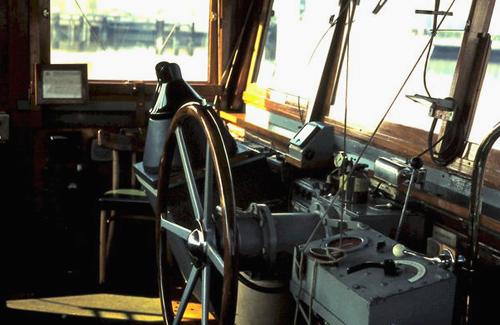 De stuurhut van de ARGOVIA vanuit de andere kant gezien. Helemaal vooraan het pookje voor de bediening van het koproer. Foto: Silis Noordloos - met dank.