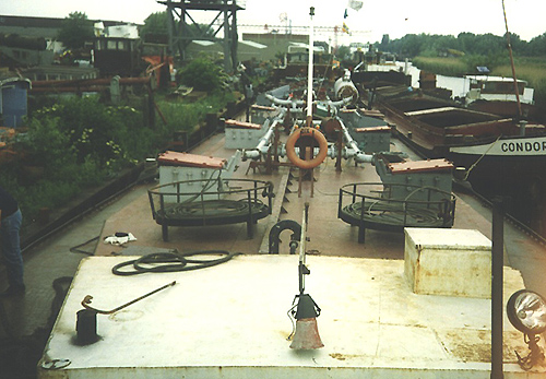 Het motortankschip DIX H ligt bij Scheepssloperij Walburg om gestript te worden.